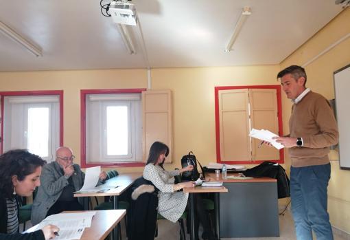 Foto de archivo de la concejala de Educación en reunión con líderes escolares.