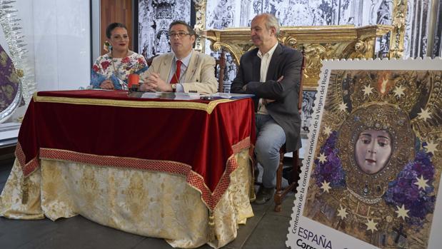 A la derercha el sello que conmemora el Centenario de la Coronación