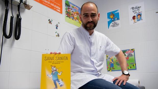 Armando Bastida, enfermero de pediatría, con su segundo libro «Sana, sanita»
