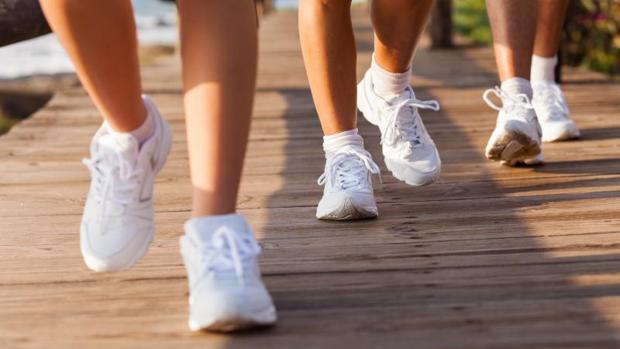 Caminar rápido o pasar la aspiradora 24 minutos cada día alarga la vida