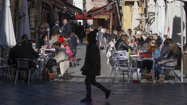 Zona céntrica de Sevilla con sus veladores repletos