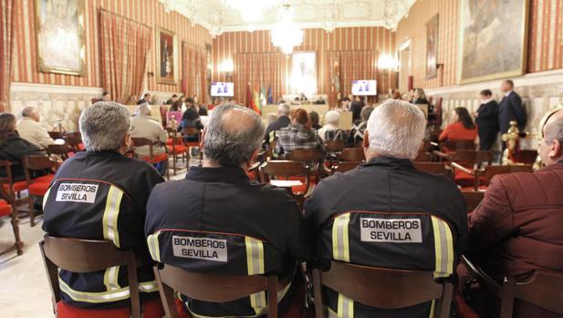 Bomberos de Sevilla, durante el Pleno en el que se ha reconocido a dos compañeros fallecidos