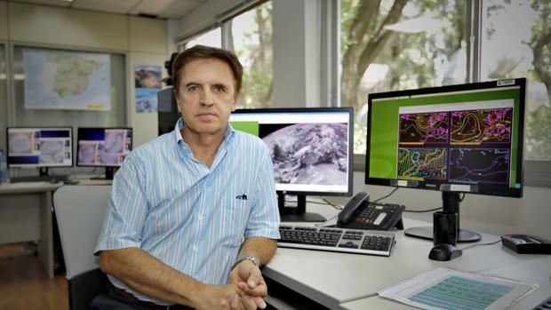 Juan de Dios del Pino, jefe de Predicción de la Agencia Estatal de Meteorología en Sevilla