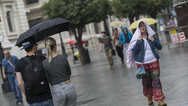 La lluvia seguirá amenazando las noches en Sevilla