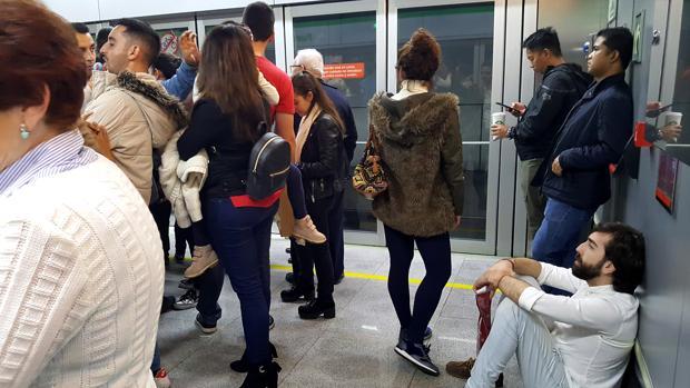 Uusarios del Metro durante las jornadas de huelga