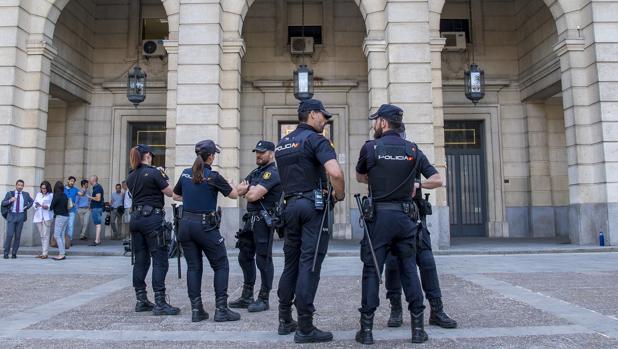 Agentes en los juzgados a la espera de que pasasen a disposición judicial los ultras detenidos