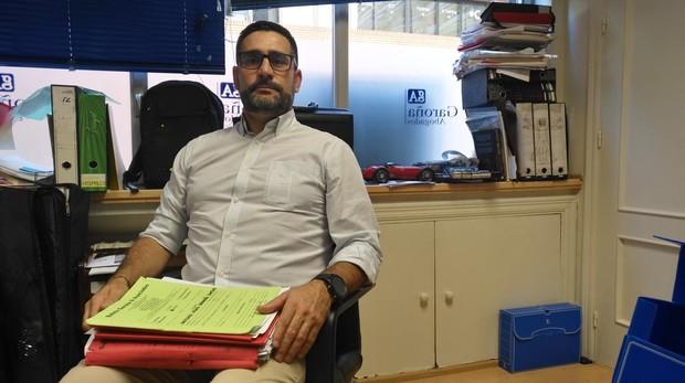 Jesús Bernabé, en el despacho de su abogado con todo el expediente de su caso en las manos