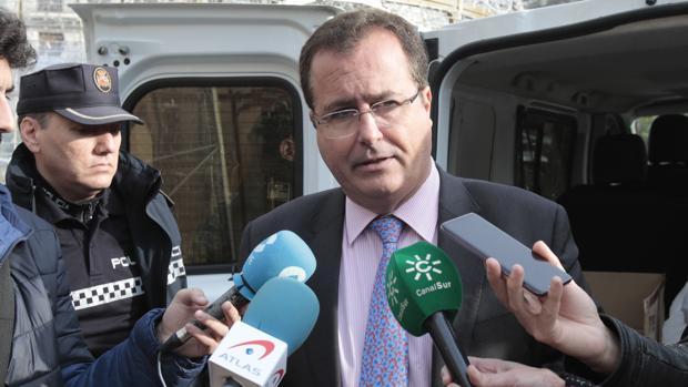 Juan Carlos Cabrera, atendiendo a los periodistas