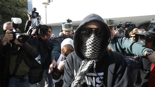 «El Cuco» y su madre, con los rostros ocultos, salen de los juzgados del edificio Noga