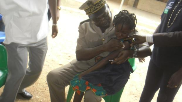 Un niño recibiendo una vacuna