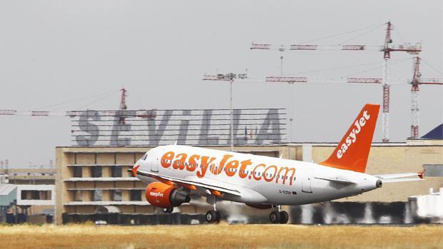 Un avión de Easyjet despega del aeródromo sevillano de San Pablo