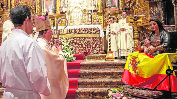 Monseñor Juan del Río, durante la bendición de la bandera que onderá el «Pros»