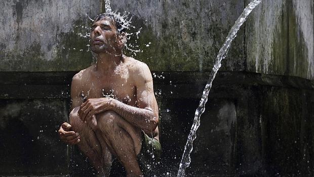 Las altas temperaturas obligan a los ciudadanos indios a tirar de ingenio para refrescarse