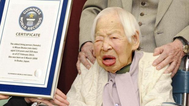 Misao Okawa (R) recibió el Guinness en 2013 por ser la mujer más longeva