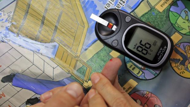Un dispositivo para medir la glucosa, utilizado por las personas con diabetes