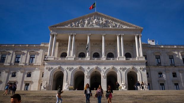 Un grupo de estudiantes bajan las escaleras del Parlamento portugués en Lisboa