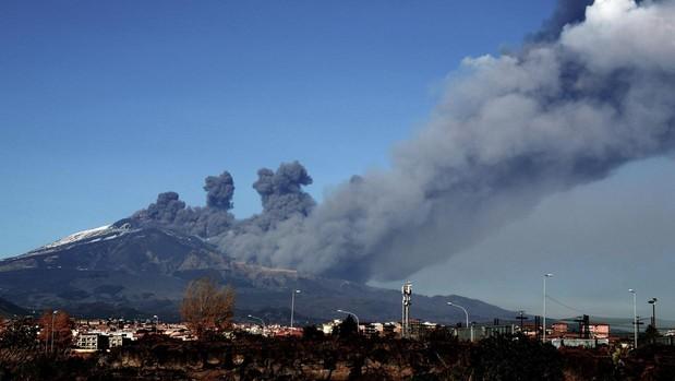 Humo que se desprende sobre la ciudad de Catania del volcán Etna