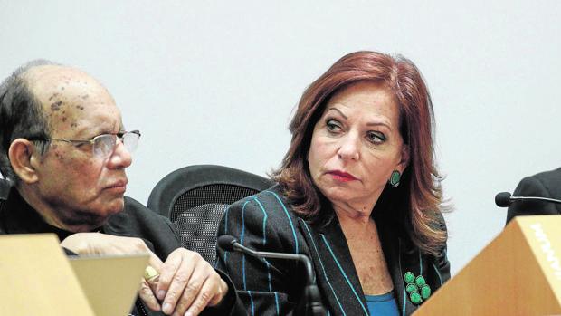El cardenal Swald Gracias junto a la periodista mejicana, Valentina Alazrak