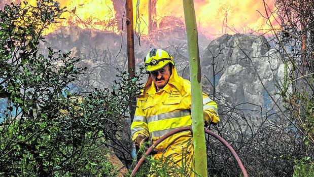 Un bombero lucha contra el fuego en Mazcuerras (Cantabria)