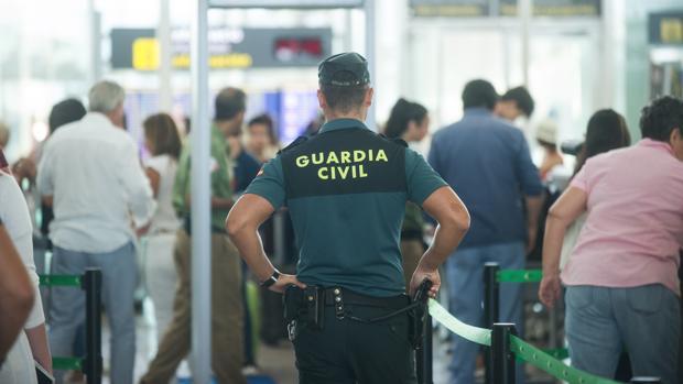 Agente de la Guardia Civil en un control de seguridad