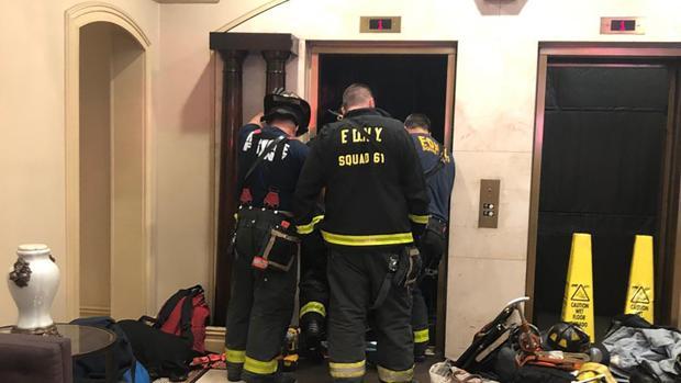 El cuerpo de bomberos inspeccionando el ascensor del edificio «Manhattan Promenade» después del fallecimiento de Sam