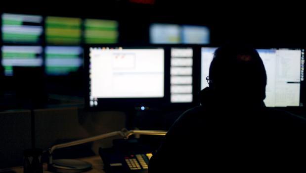 Un experto en ciberseguridad monitorea el tráfico